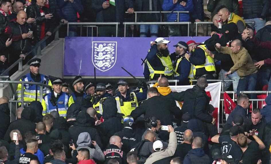 Bitka s políciou. Maďarskí fanúšikovia vyčíňali aj v Anglicku