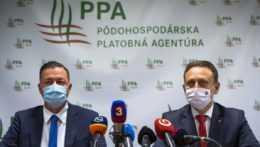 Na snímke zľava riaditeľ Pôdohospodárskej platobnej agentúry (PPA) Jozef Kiss a minister pôdohospodárstva a rozvoja vidieka SR Samuel Vlčan (nominant OĽaNO)