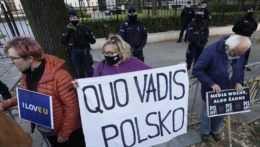Ľudia protestujú pred poľským Ústavným súdom vo Varšave.