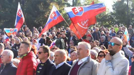 "Na snímke účastníci protivládneho podujatia ""čapicový protest."""