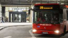 regionálny autobus na novej autobusovej stanice Nivy