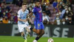 Memphis Depay (FC Barcelona) a Viktor Cygankov.