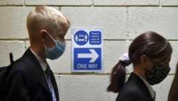 žiaci čakajú na testovanie na ochorenie COVID-19 v prvý deň nového školského roka v anglickom Sheffielde