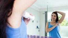Žena používa dezodorant.