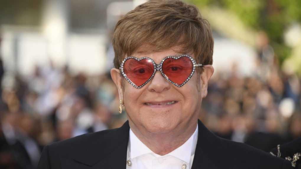 Elton John je rekordér, jeho skladby sú v najlepšej desiatke britskej hitparády už 6 desaťročí