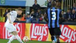 Na snímke hráč Manchestru City Kevin De Bruyne, vpravo hráč Clubu Bruggy Eder Balanta.