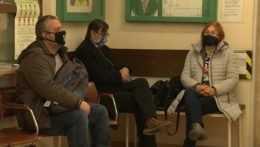 čakajú ľudia v čakárni na vyšetrenie u lekára