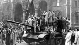 maďarskí povstalci mávajú trikolórou z tanku na jednom z hlavných námestí v Budapešti