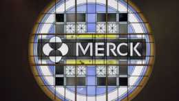 logo farmaceutickej spoločnosti Merck na budove firmy v americkom Kenilworthe