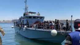 Loď s migrantmi v Líbyi