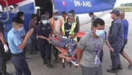 Prevážanie zranených po nehode autobusu v Nepále.