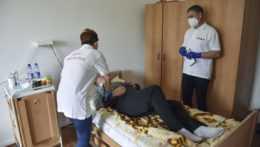 Očkovanie klientov v Domove sociálnych služieb v bratislavskej mestskej časti Rača.