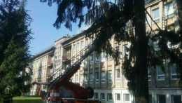Hasiči zasahujú pri požiari nemocnice v Ružomberku.