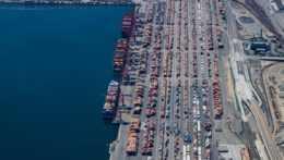 Pohľad na prepravné kontajnery v prístave Los Angeles