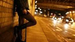 vyzývavo oblečená žena stojí pri ceste