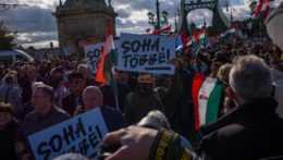 Protestujúci v uliciach Budapešti.