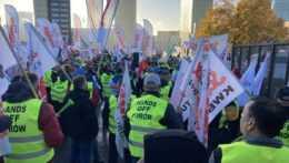 Protest odborárov z poľskej organizácie Solidarnošč pred sídlom Súdneho dvora EÚ pre jeho rozhodnutie o hnedouhoľnej bane Turów pri hraniciach s Českom.
