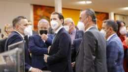 Bývalý rakúsky kancelár Sebastian Kurz (druhý vľavo) prichádza na zloženie poslaneckej prísahy
