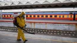 štátny pracovník dezinfikuje priestory železničnej stanice v Moskve