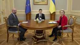 Ukrajinský prezident Volodymyr Zelenskyj, predsedníčka Európskej komisie (EK) Ursula von der Leyenová a predseda Európskej rady Charles Michel