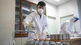 vedci v laboratóriu
